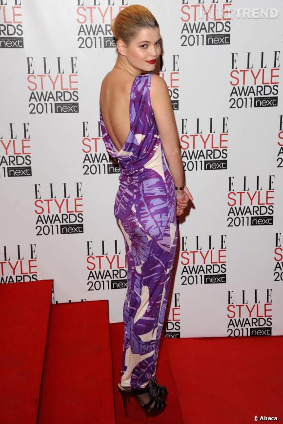 Pixie Geldof ose la couleur avec une robe estivale, signée Henry Holland, et affiche un beauty look sophistiqué.