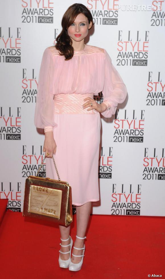 Sophie Ellis Bextor, toujours aussi rétro, en rose poudré.