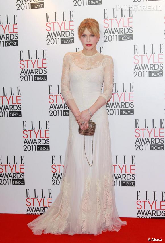"""Courtney Love, étonnamment resplendissante, en Givenchy Couture venait remettre à Christopher Kane le prix du """"British Designer""""."""