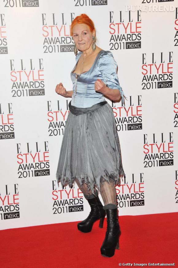 """Vivienne Westwood, toujours aussi décalée, venait remettre le prix de """"Style Icon"""" à Emma Watson."""