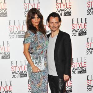 """Helena Christensen, en petite robe Saloni, s'est vu remettre le prix """"Oustanding  Contribution to Fashion"""" des mains de Matthew Williamson."""