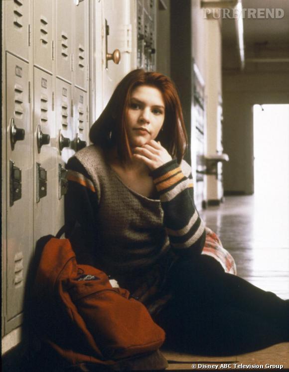 """Claire Danes débute en 1994 dans la série """"Angela 15 ans"""" et donne la réplique à Jared Leto. Côté look, elle arbore la tenue de l'adolescente classique gros pull et couleurs un peu fades."""