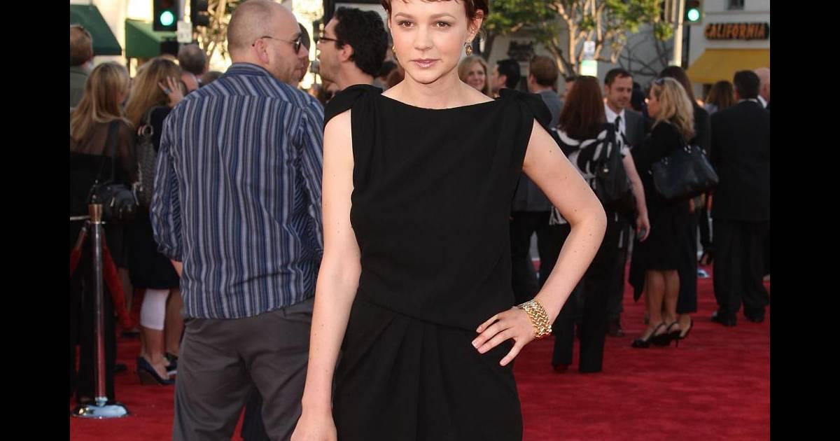 Ici, Carey Mulligan revisite la petite robe noire que Coco ...