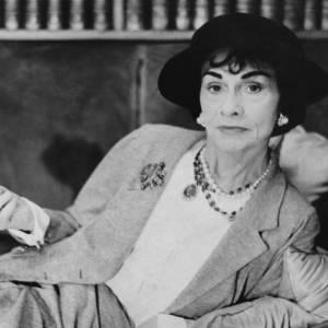 La célèbre Coco Chanel, qui aura marqué les années 60 avec ses jupes en tweed et ses chapeaux ronds.