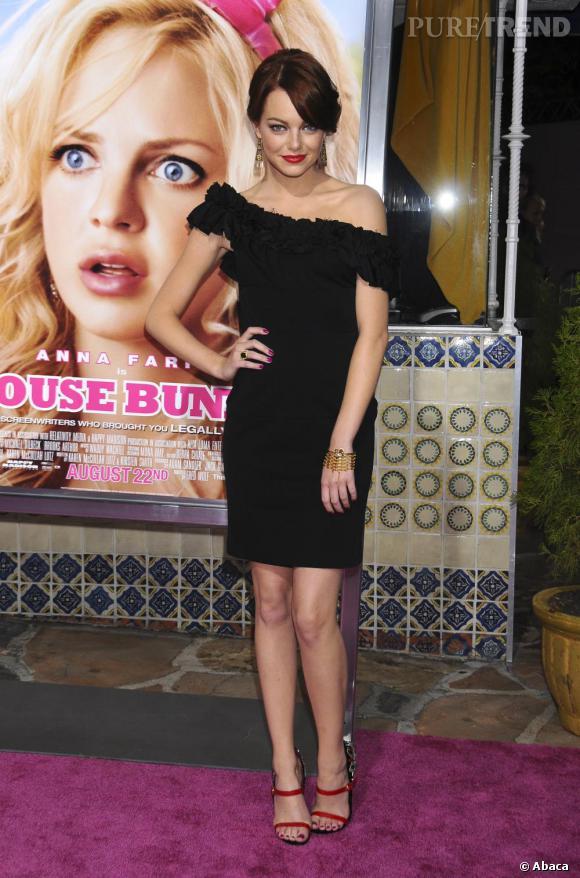 Bouche rouge et robe noire : la séduction par Emma Stone.