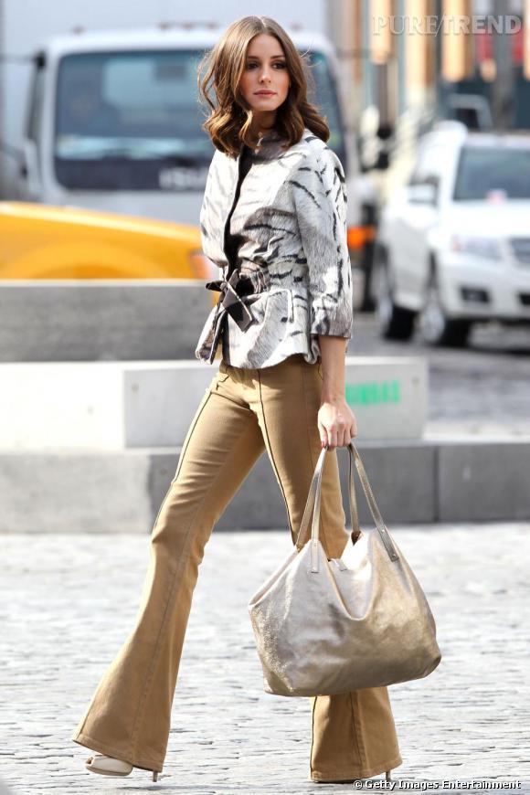 Pantalon 70's, veste zébrée et ceinturée, Olivia Palermo joue les héroïnes italiennes.