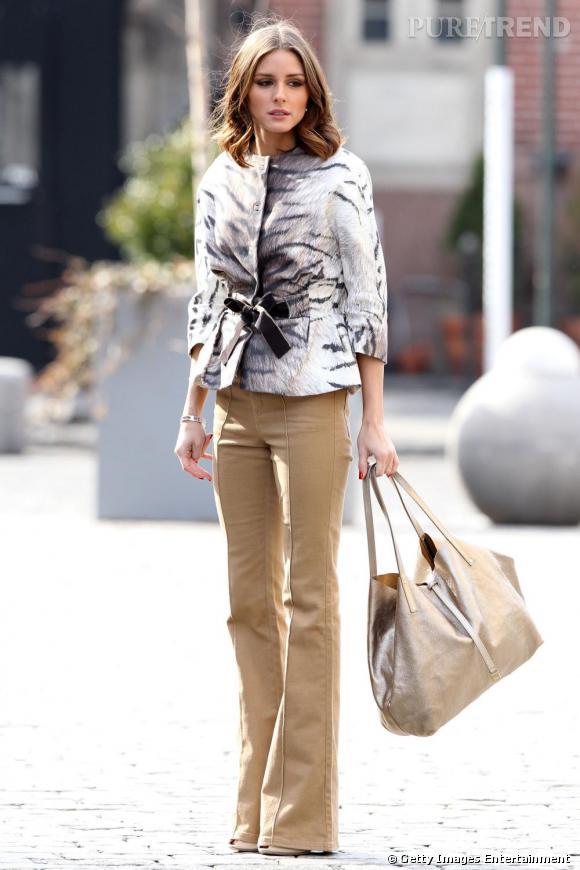 Shopping bag doré en touche glitter, Olivia Palermo adoucit sa tenue avec une mise en beauté très naturelle.