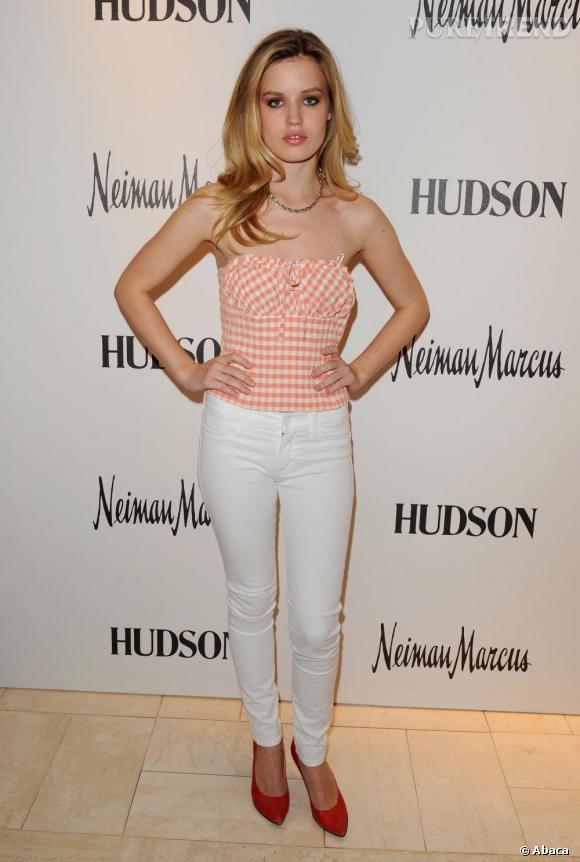 Jean blanc slim parfaitement ajusté Hudson, bustier vichy et sandales rouges, Georgia May Jagger revisite le style Bardot.