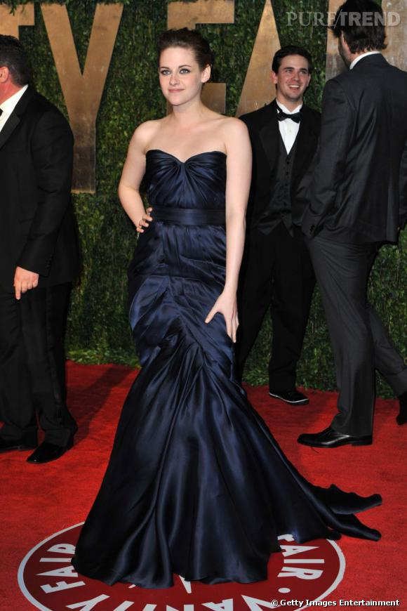 Kristen Stewart déploie ses atouts en robe bustier franchement drapée.