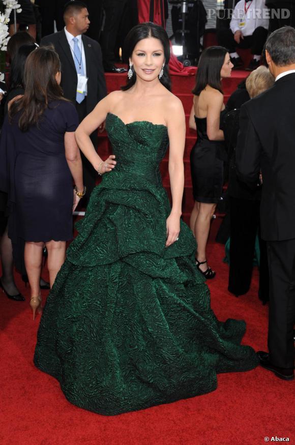Catherine Zeta-Jones aux Oscars cette année joue les princesses en robe verte irisée automne-hiver 2011/2012.