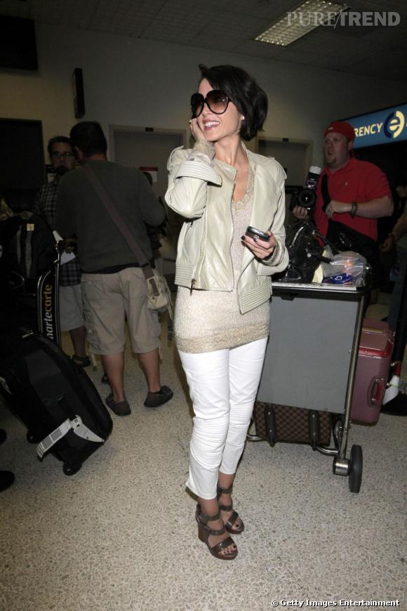 Un pantalon blanc comme Dannii Minogue pour prendre l'avion comme une star.
