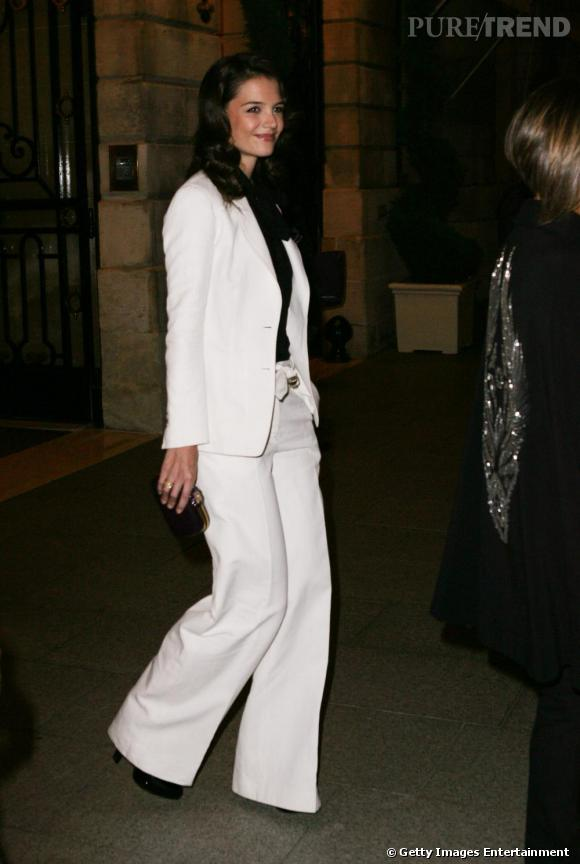 Un pantalon blanc comme Katie Holmes pour un look du soir très black & white.