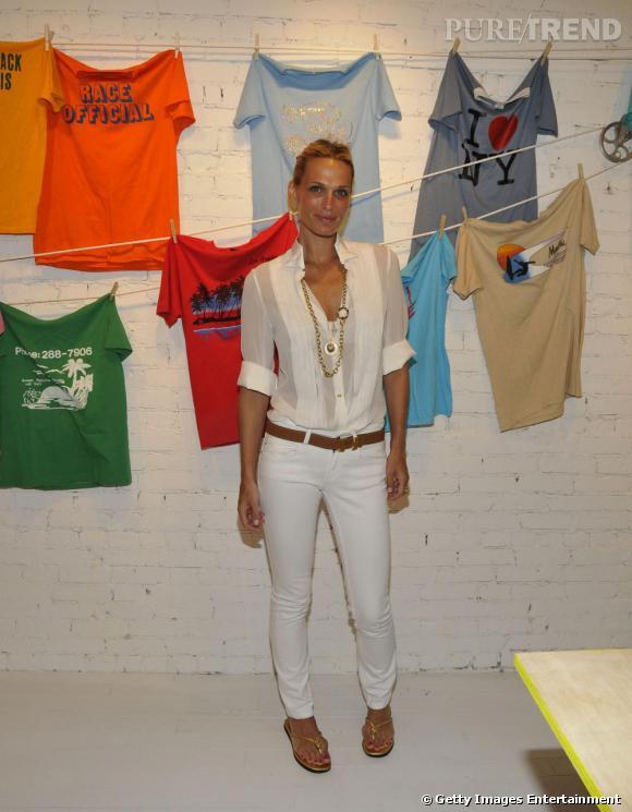 Un pantalon blanc comme Molly Sims pour une allure estivale et féminine.
