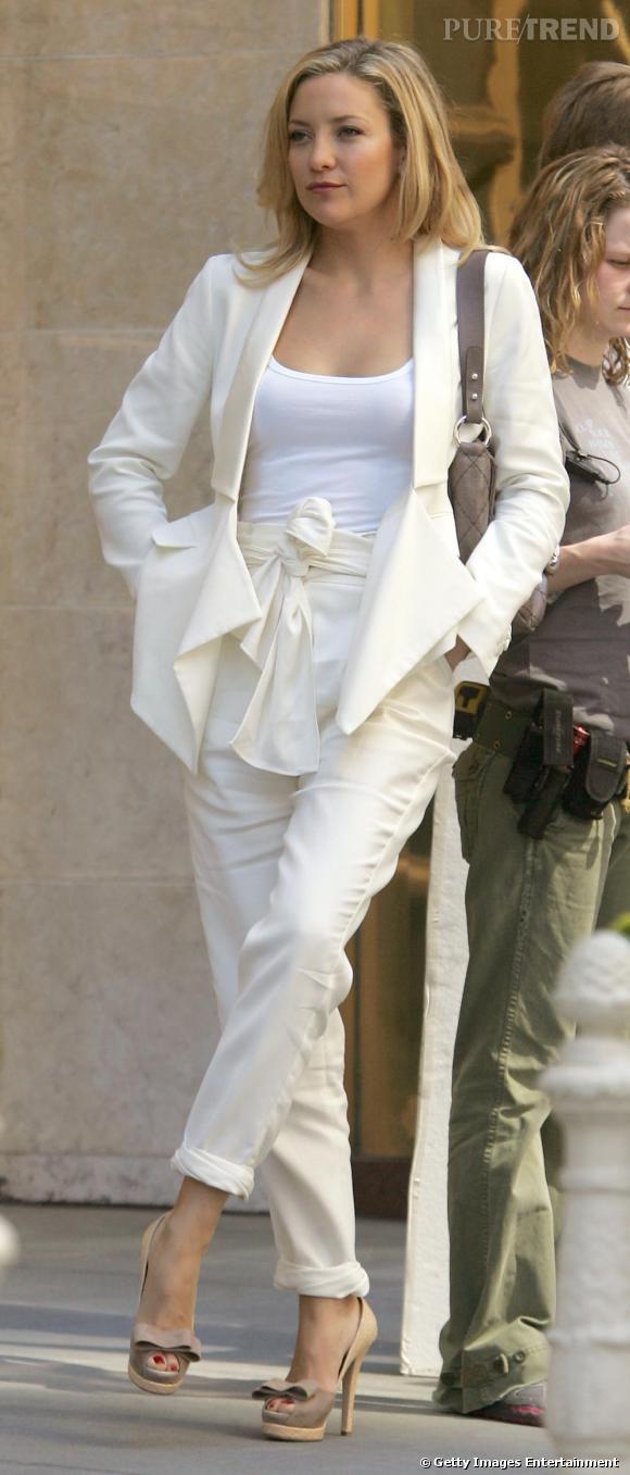 Un pantalon blanc comme Kate Hudson pour revisiter l'esprit costume.