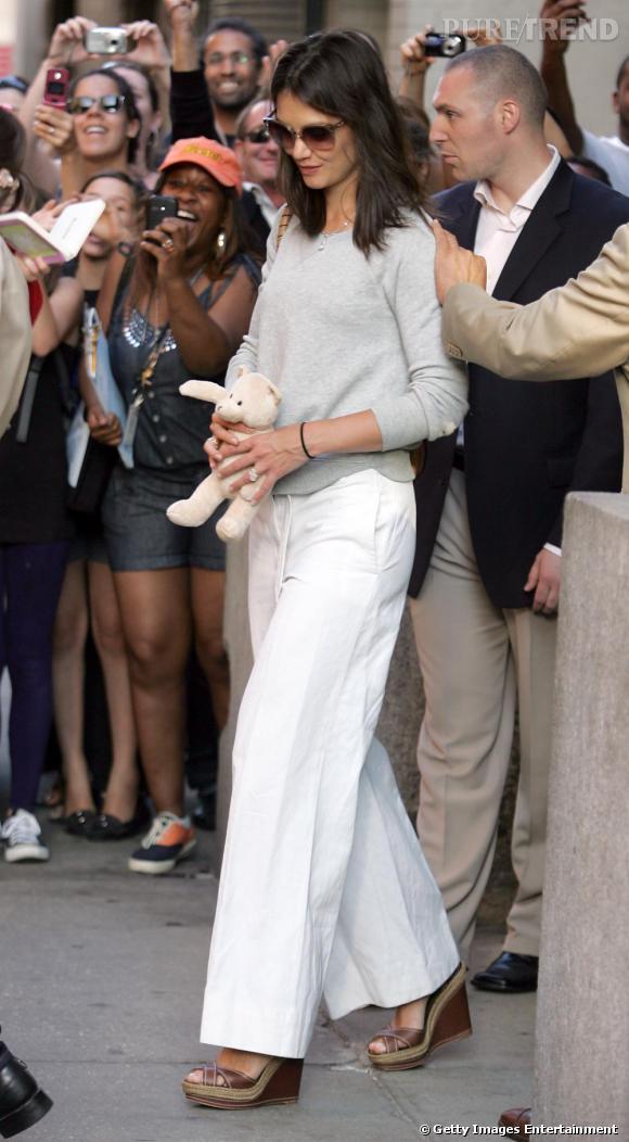 Un pantalon blanc comme Katie Holmes pour un avant-goût d'été.