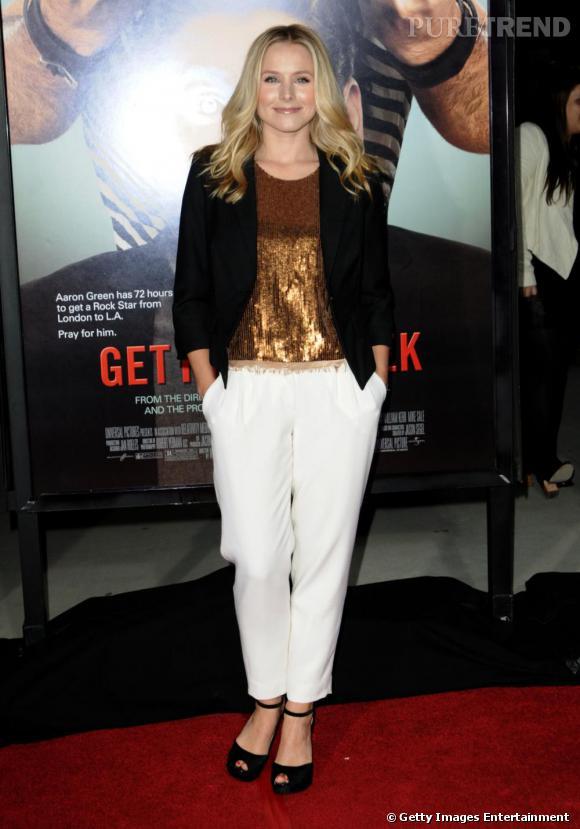 Un pantalon blanc comme Kristen Bell pour dédramatiser un top à paillettes.