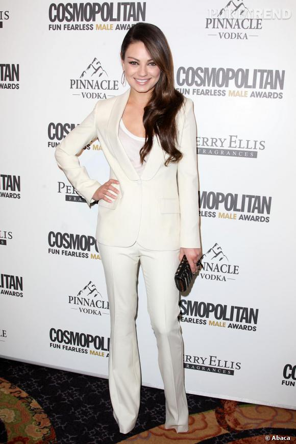 Un pantalon blanc comme Mila Kunis pour un look immaculé le soir venu.