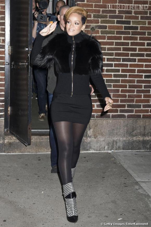 Le flop street style  : serrée dans une jupe trop courte et pull à moumoute, Rihanna va étouffer.