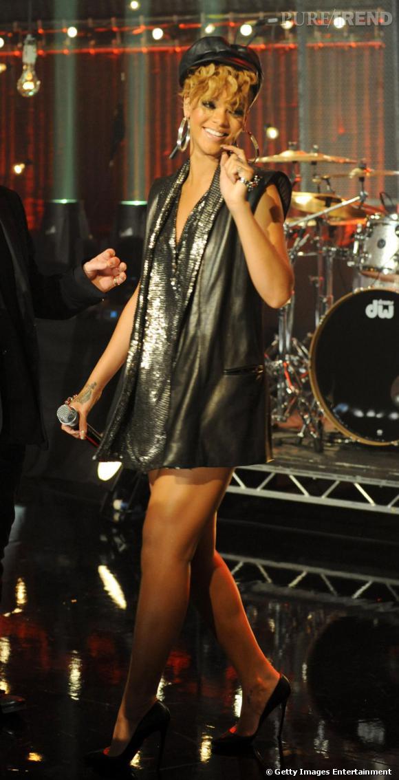 Le top look de scène  : allure sexy en long blazer en cuir et détails pailletés, Rihanna séduit très fun chapeautée, la crinière toute bouclée.