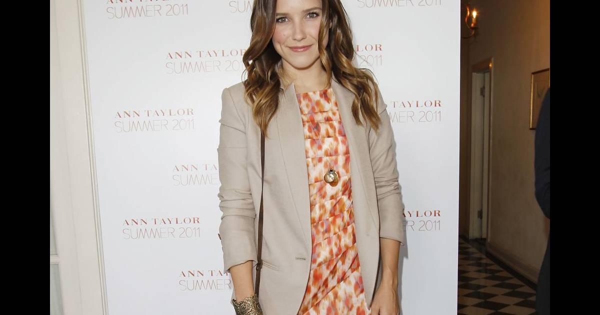 L 39 actrice opte pour une robe fauve ann taylor pour une for Robes de noce ann taylor