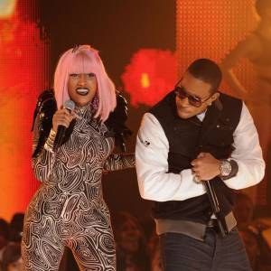 L'évolution coiffure de Nicki Minaj Le rose fluo gagne du terrain et Nicki Minaj opte pour un carré frangé rose.