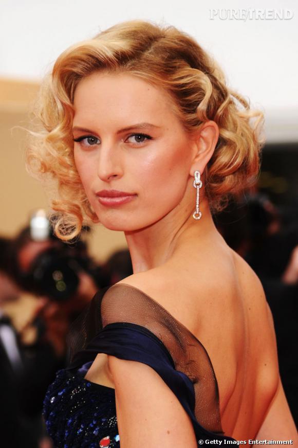 Cannes 2011 : les plus belles coiffures du mercredi 11 mai Karolina Kurkova tente une coiffure rétro avec ce carré cranté très Marilyn Monroe. Le blond de sa crinière apporte une touche d'éclat à son visage.