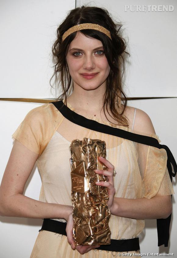 L'évolution beauté de Mélanie Laurent    Plus oriental, l'oeil se pigmente d'or et se redessine d'un trait de crayon marron.