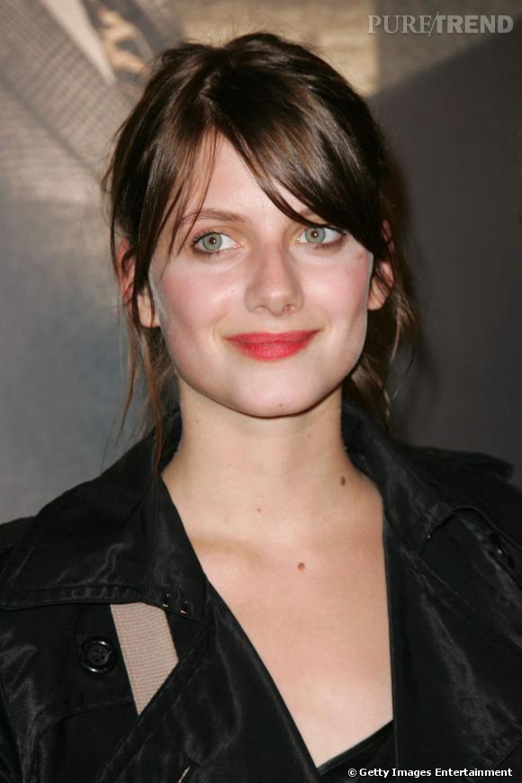 L'évolution beauté de Mélanie Laurent    La bouche est gourmande, les pommettes rosées.