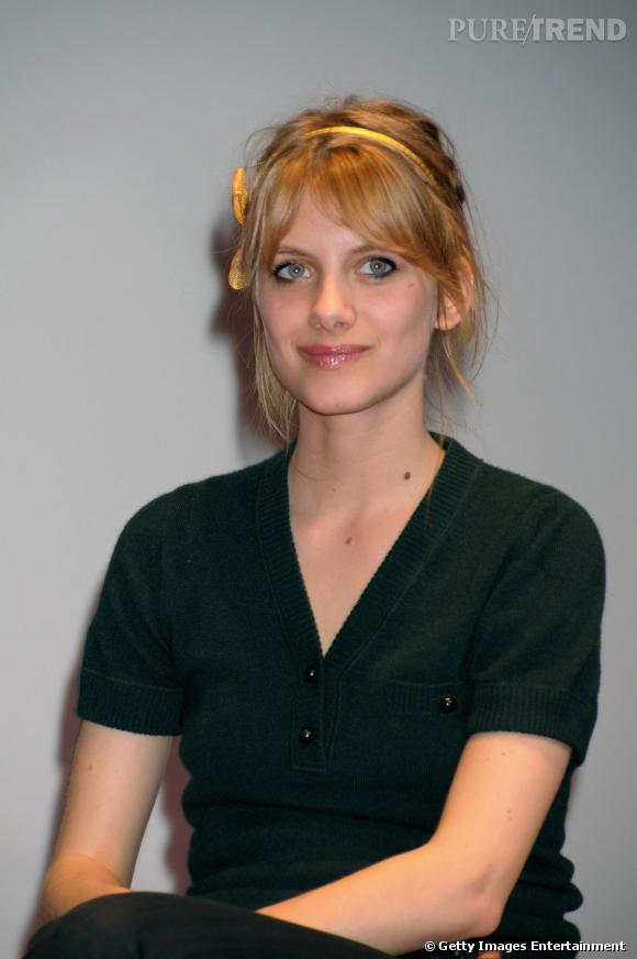 L'évolution beauté de Mélanie Laurent    Moins réussi, le demi trait d'eye liner casse la courbe de l'oeil et la bouche est trop glossée.