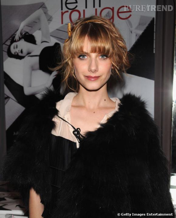L'évolution beauté de Mélanie Laurent    Melanie Laurent mise sur une paire de faux cils, un smoky eyes cuivré mais le trait d'eye liner est trop épais.
