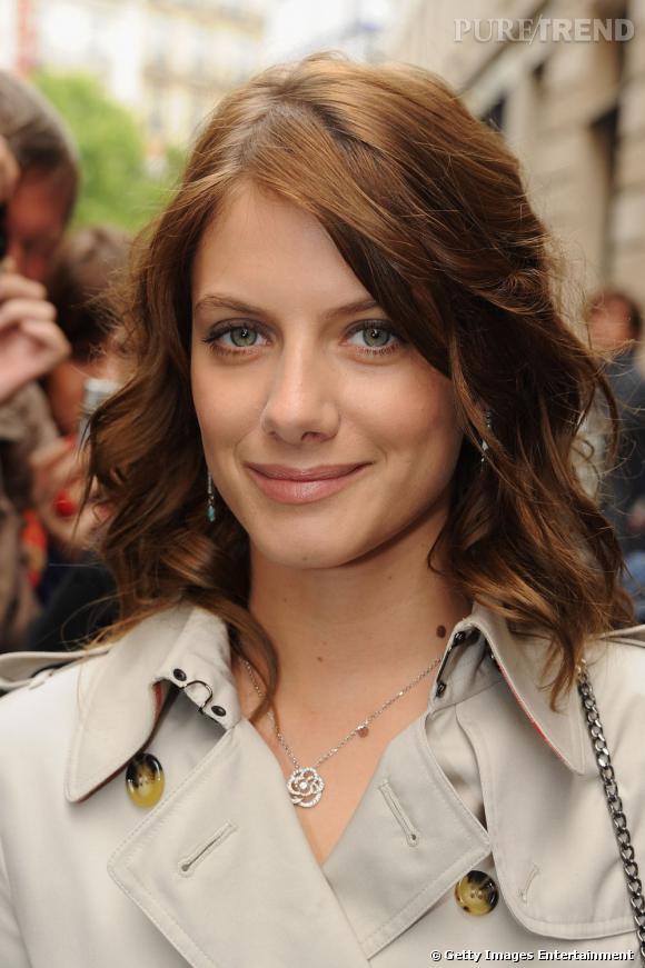 L'évolution beauté de Mélanie Laurent    Le maquillage nude est somptueux et en parfaite harmonie avec la couleur de ses cheveux et le beige de son trench. La bouche est redessinée par un trait de crayon flouté, le smoky eyes gris renforce le regard.
