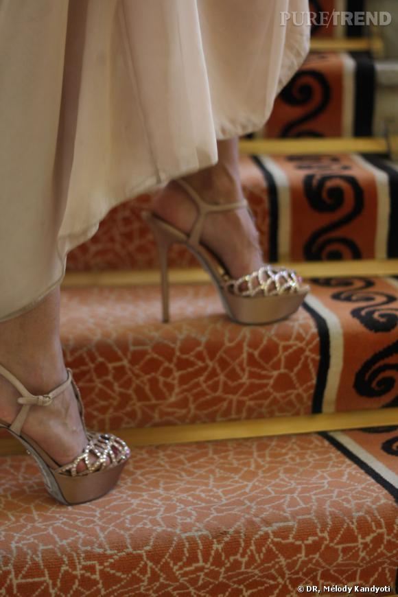 10h00, Hôtel Martinez  Je m'entraîne à monter et descendre les marches. Surtout pas face à la marche ! Malheureuse ! Sachez que robe longue + sandales de 12 cm + photographes en délire = se placer de profil. Le risque de chute est quasi inexistant (à moins de regarder du mauvais côté), et pratique pour saluer ma horde de fans.