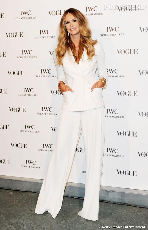 Elle MacPherson sait mieux que personne manier le tailleur pantalon blanc.