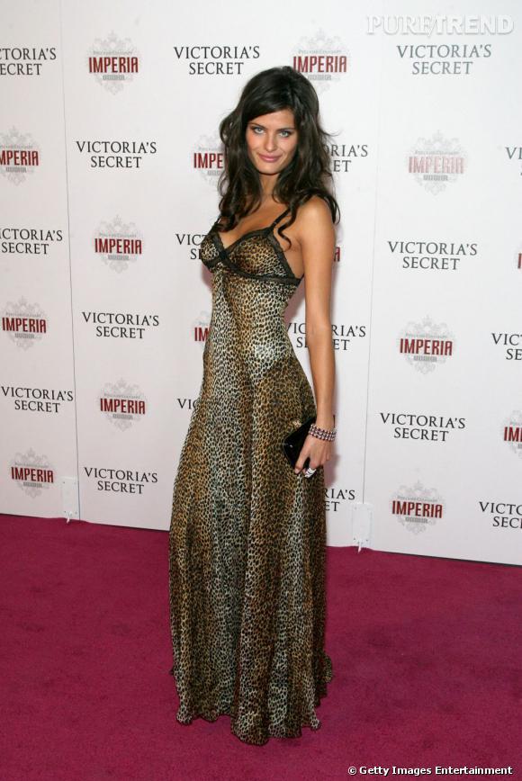 L'imprimé léopard, c'est risqué. Mais Isabeli le maîtrise à la perfection dans cette longue robe moulante, sexy à souhait.
