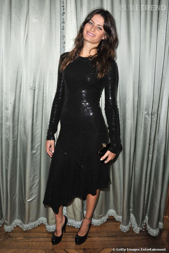 Les sequins, Isabeli les aime aussi bien dans la vie privée que sur les podiums. Cette robe noire asymétrique au bas houleux en est la preuve.