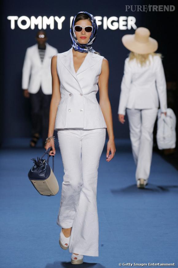 Isabeli change de registre lors du défilé de Tommy Hilfiger, vêtue en grande dame des années 60. Mention spéciale pour le châle sur la tête accompagné de lunettes rétro.