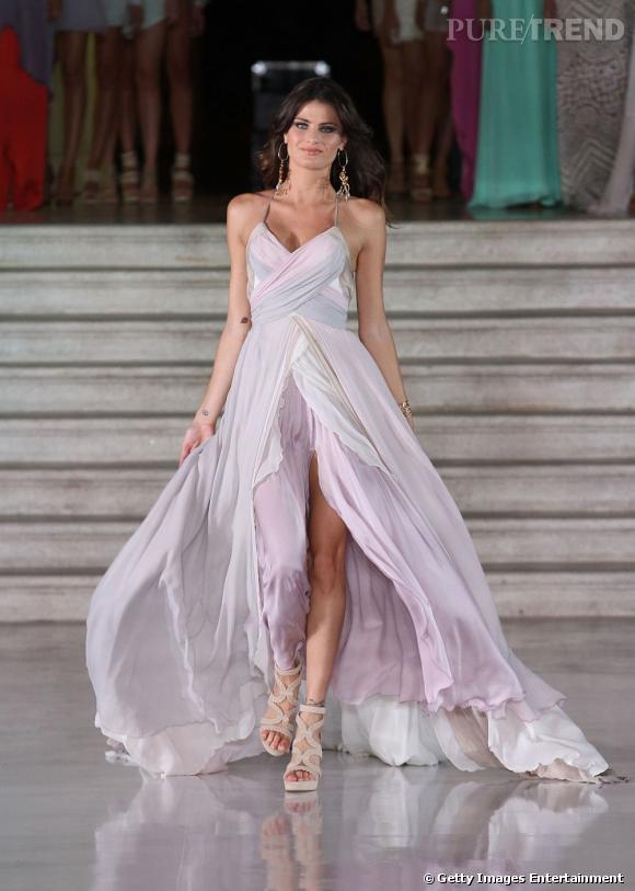 La mousseline est une matière noble, qu'Isabeli est ravie de porter lors d'un défilé. Et pour une fois, la robe n'est pas mini mais maxi-longue !