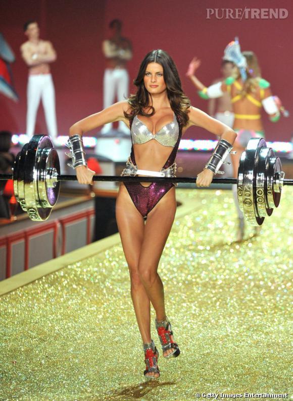 Fortiche, elle est capable de porter des talons de douze tout en soulevant des poids. Le tout, en sous-vêtements Victoria's Secret !