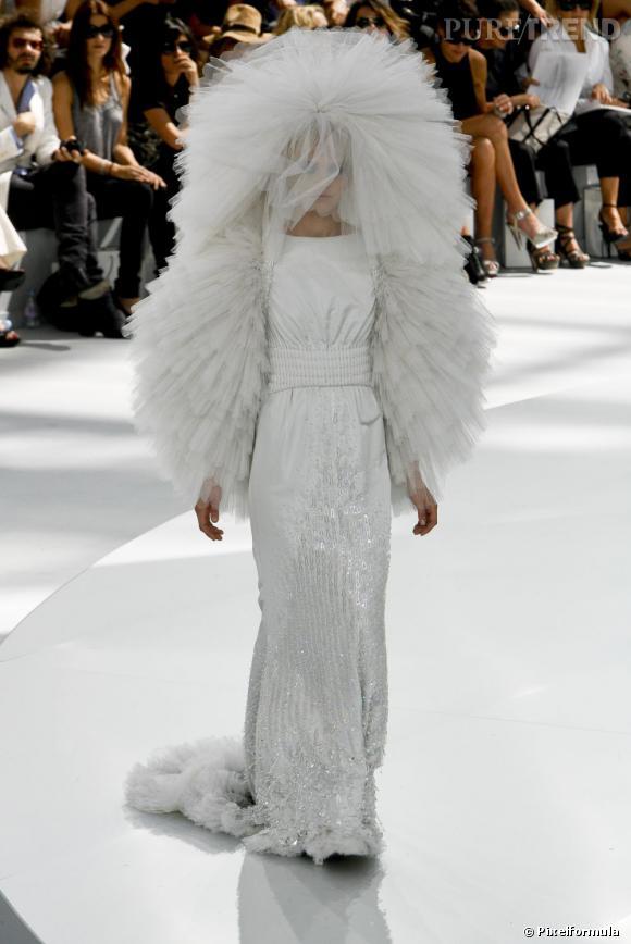 Défilé Chanel Haute Couture automne-hiver 2008-2009, il s'agit du look final, soit la robe de mariée...