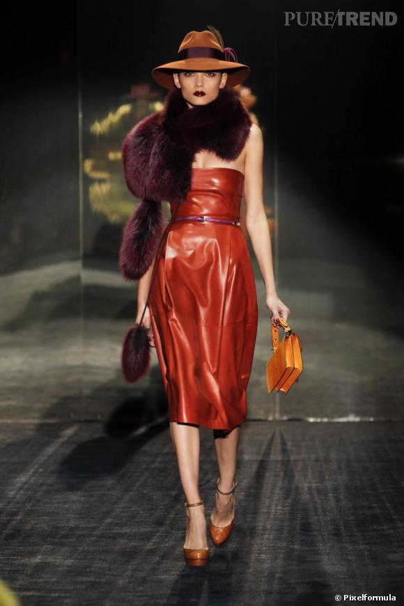 Défilé Gucci automne-hiver 2011-2012, avec le borsalino en plus et le boa en fourrure.