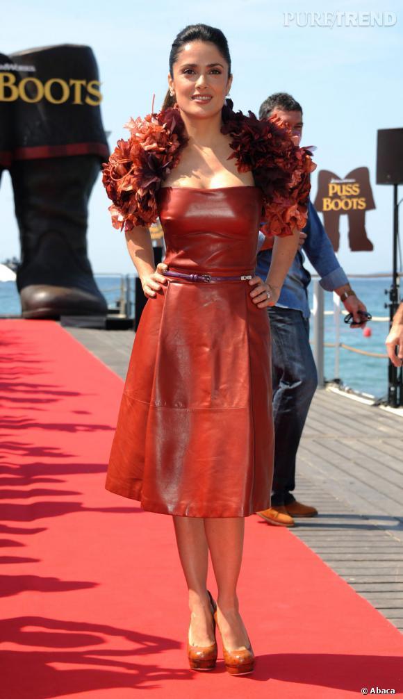 Cuir rouge et boa de plumes : Salma Hayek incarne la femme Gucci sur la Croisette.