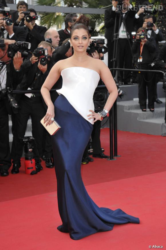 Aishwarya Rai opte pour une robe Haute Couture pour sculpter sa silhouette, signé Armani Privé.