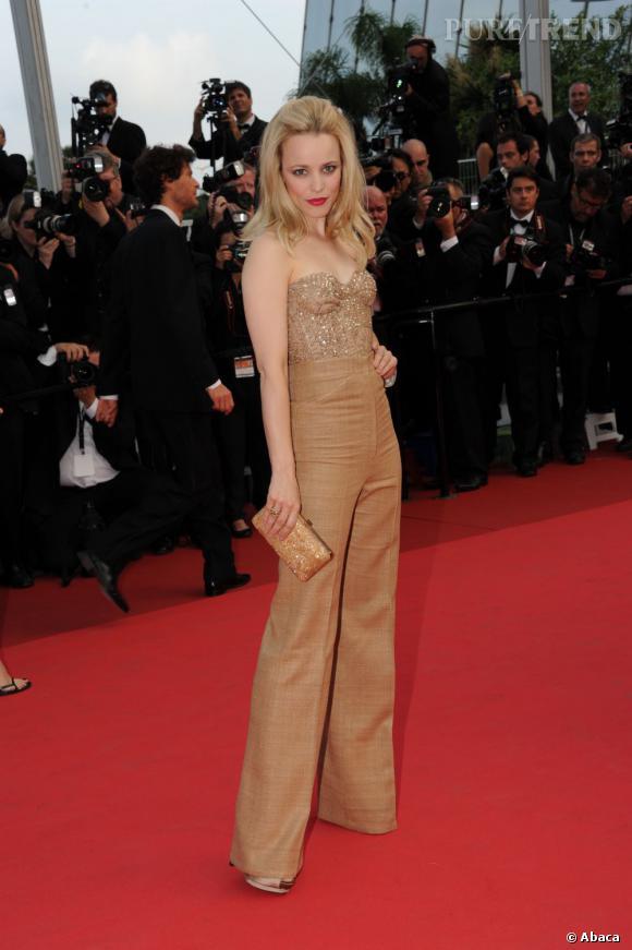 Après la robe de princesse, Rachel McAdams ose le pantalon sur le red carpet, signé Monique Lhuillier, pour sa seconde apparition à Cannes.