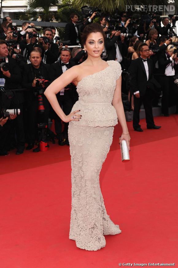Pour la cérémonie d'ouverture, Aishwarya a repris ses bonnes habitudes, en optant pour une robe Haute Couture signée Elie Saab.