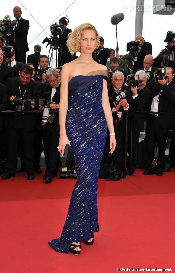 Pour sa première apparition sur le tapis rouge cannois, Karolina portait une robe bustier Armani Privé.