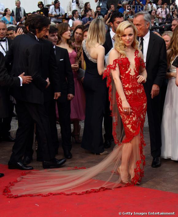 Rachel McAdams ose le rouge, avec une robe Marchesa plutôt audacieuse.