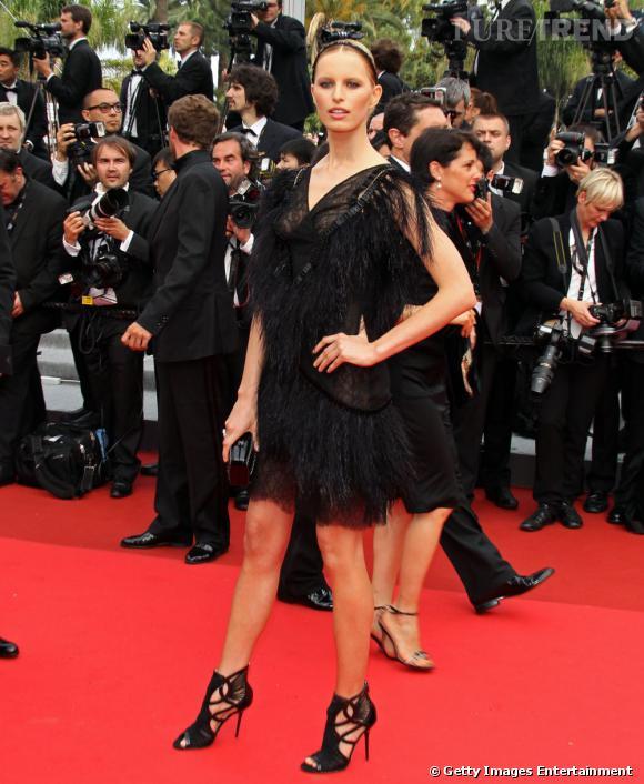 Karolina Kurkova a succombé à la petite robe noire en plumes et dentelle de chez Chanel.