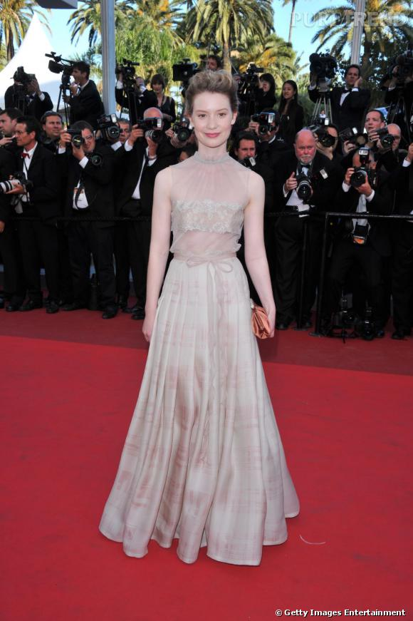 Mia Wasikowska portait une robe Valentino Haute Couture, tout en subtile transparence.