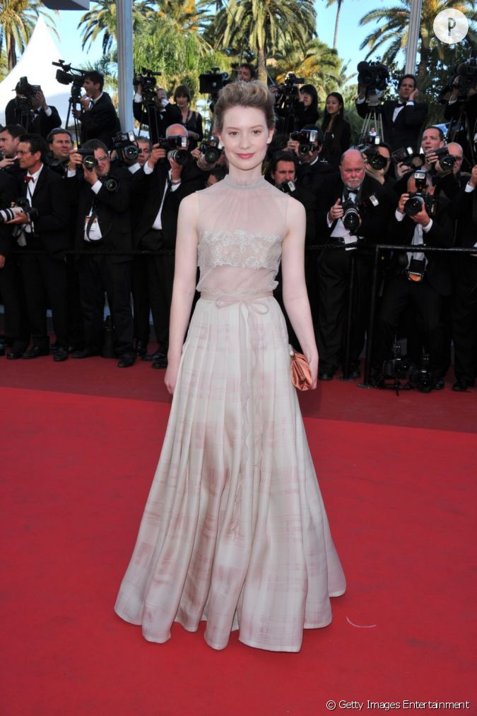 mia wasikowska portait une robe valentino haute couture tout en subtile transparence. Black Bedroom Furniture Sets. Home Design Ideas