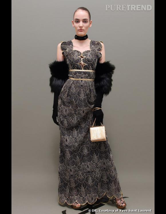 Collection Pre-fall 2011 Yves Saint Laurent, l'original, porté avec des gants en fourrure, un ras-du-cou et un mini sac doré.